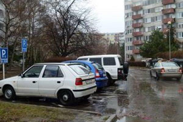 Od Nového roka sa v Leviciach mení systém vyhradeného parkovanie. Neplatné značky zo sídlisk odstránia.