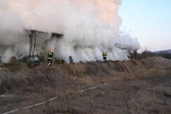 Požiar senníka likvidovali hasiči celý deň.