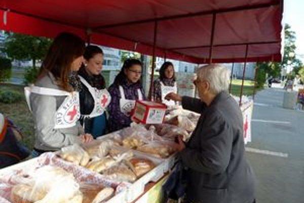 Predaj pekárenských výrobkov v uliciach Levíc.