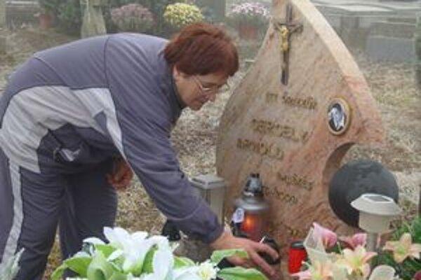 Každý druhý deň chodí matka zapaľovať sviečku k pomníku svojho syna. Čoskoro tam uložia jeho ostatky.