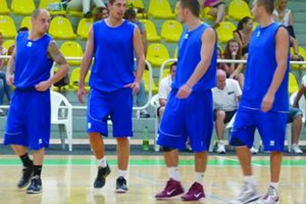 Levickí basketbalisti počas druhého prípravného zápasu.