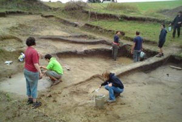 V lokalite Na vŕšku v Šahách robia už piaty rok archeologický prieskum. Nájdené objekty sú zo staršej doby bronzovej.