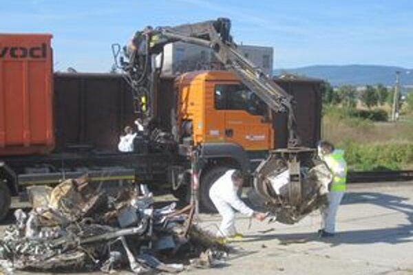 Vozeň s odpadom, ktorý vyžaroval rádioaktívne žiarenie, odstavili v kozárovskej stanici. Istič previezli na zneškodnenie.