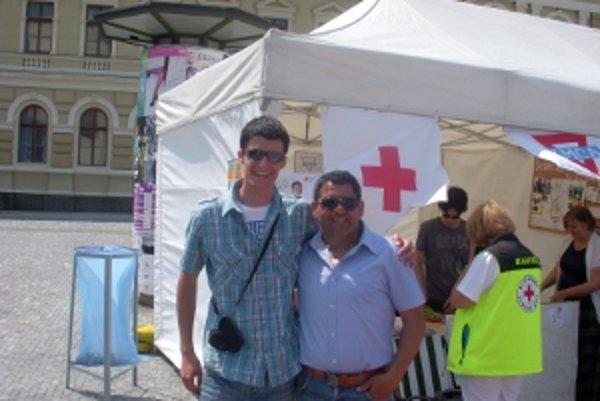 Marek Želiar (vľavo) z Územného spolku SČK v Leviciach a Vladimír Sendrei, rómsky mládežnícky líder.