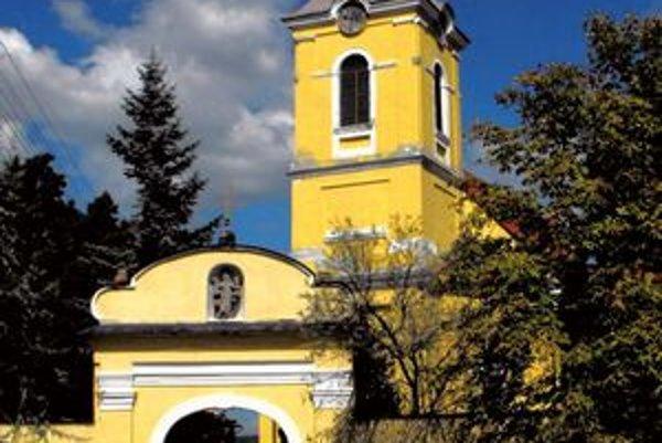 Starotekovský kostol obnovujú. Veriaci sa schádzajú v kultúrnom dome.