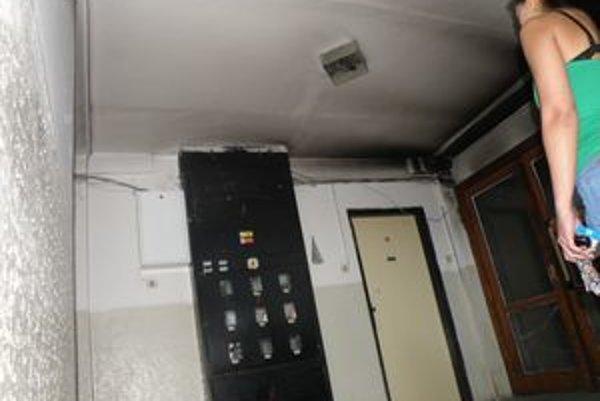 Ľudia z ubytovne na Ulici Z. Nejedlého v Leviciach sa sťažujú na špinu a časté požiare. Naposledy niekto zapálil kočík na chodbe.