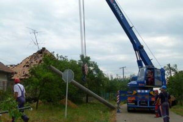 Po minulotýždňovej prietrži mračien ostali vo Veľkých Ludinciach zničené mnohé strechy domov a polámané elektrické vedenie.