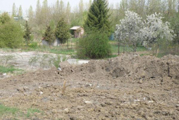 Bývalá betonárka v levickom Podhradí. Staré objekty zdemolovali, stáť tu majú rodinné domy.