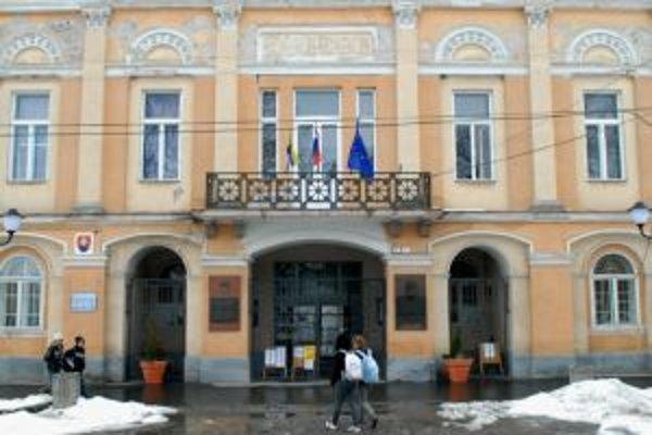 Sídlo mestského úradu v Šahách v budove historickej Radnice na Hlavnom námestí.