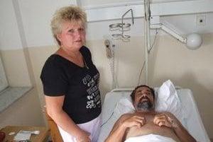 Pán Jaroslav leží v nitrianskej nemocnici. Na snímke s manželkou Hildou.