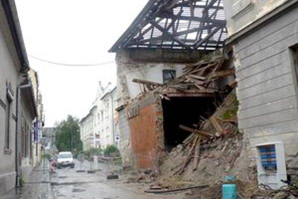 Obyvatelia Vojenskej ulice hovoria o bývalých kasárňach ako o časovanej bombe.