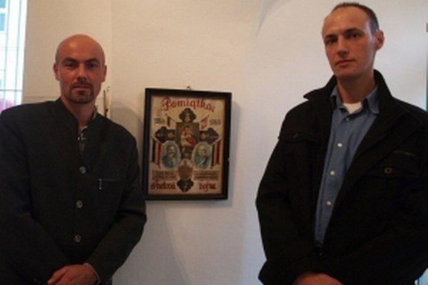 Bratia Žúrkovci z Prietržky pred obrázkom – pamiatkou na prastarého otca.