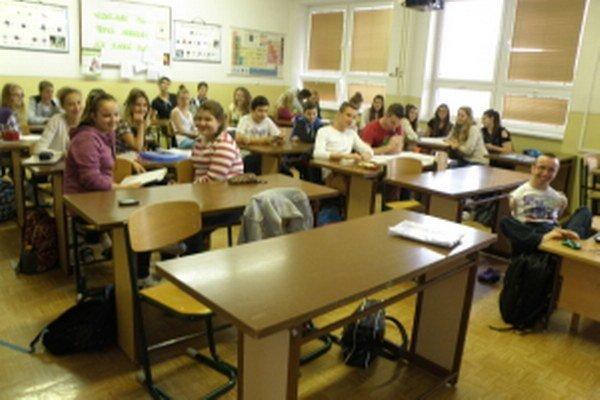 Milan Valášek (vpravo) v triede so svojimi spolužiakmi.