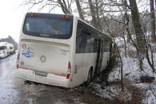 Autobus po nehode skončil v priekope.