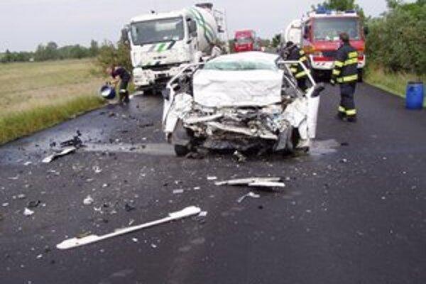 V osobnom aute dnes zahynuli dve osoby.