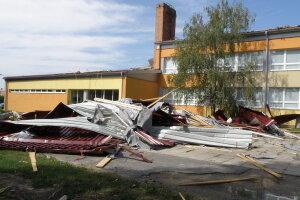 Školský dvor v obci Sekule po búrke.