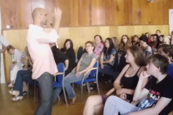 Doktor Igor Bukovský v aule skalického gymnázia prednášal študentom.