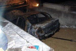 Auto v garáži zhorelo do tla.