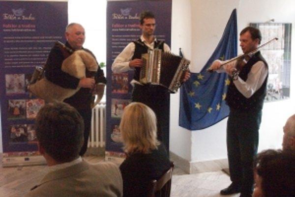 Na vernisáži sa muzicírovalo. Zľava Pavel Popelka, Miroslav Puzrla a Peter Michalovič.