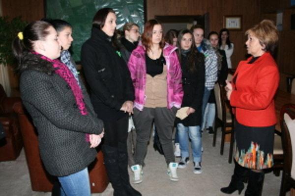 Študenti stredných škôl sa oboznámili s prácou zamestnancov mestského úradu.