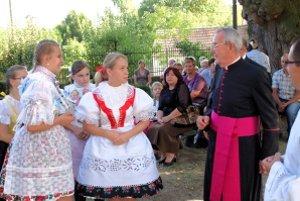 Mladé Smrdáčanky pred kostolom. Vpravo generálny vikár Bratislavskej arcidiecézy Ján Formánek.