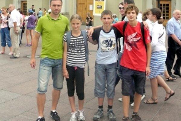 Trojica Malačanov s trénerom Filipom (vľavo) v centre Varšavy.
