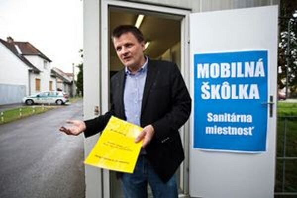 Aktivista Alojz Hlina otvoril pre rómske deti mobilnú škôlku.