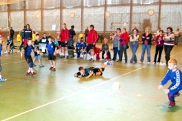 Najmenší hádzanári hrali s veľkým zaujatím.