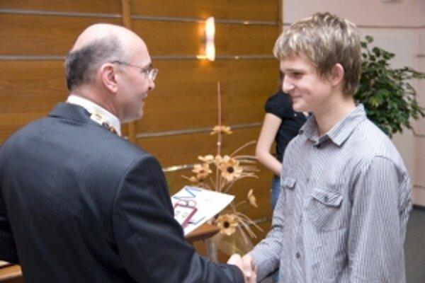 Ocenený Jakub Gabčo s primátorom mesta.