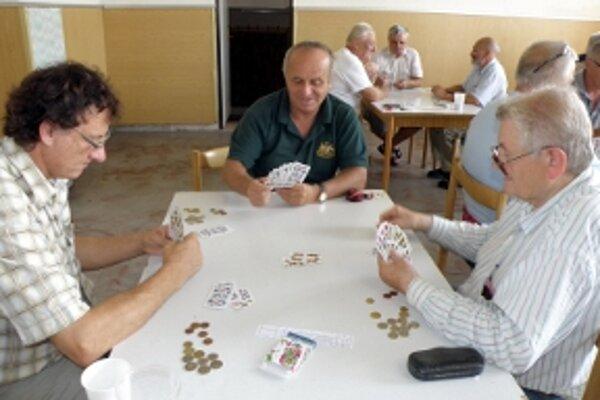 Traja prezidenti pri jednom stole. Vľavo šéf mariášistov v Trenčíne Jozef Červeňan, v strede šéf mariášistov z Hlohovca Vladimír Kozačenko a vpravo šéf Záhoráckej amatérskej mariášovej ligy Milan Sloboda.
