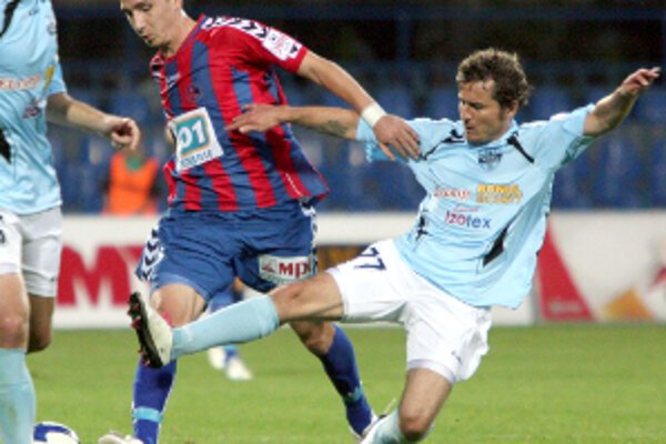 Zo zápasu FK Senica - FC Nitra (2:0). V súboji domáci Samir Merzič (v strede) a Róbert Rák (vľavo).