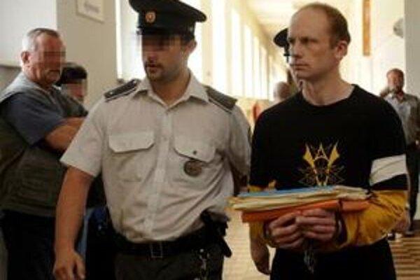 Na snímke vpravo obžalovaný z úkladnej vraždy bývalý policajt Peter V.