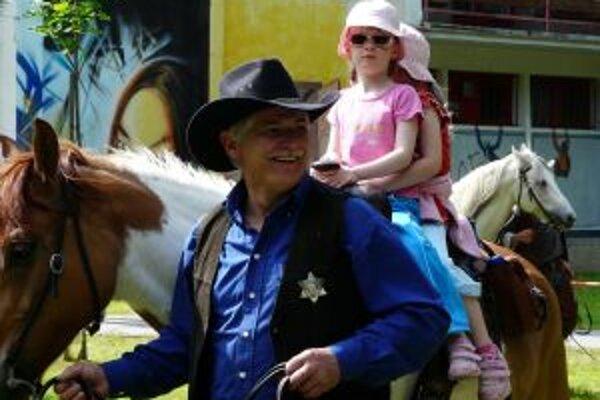 Deti sa v spoločnosti kovbojov mohli povoziť aj na koňoch
