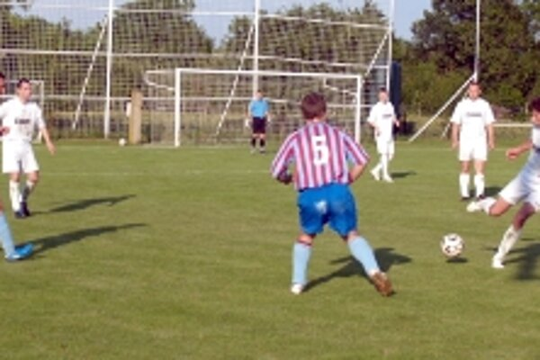 Futbalisti Rybiek (v bielom) zdolali doma presvedčivo 3:0 Radošovce.