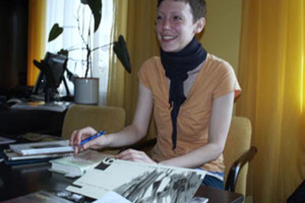 Spisovateľka Michaela Rosová počas diskusie v Senici.