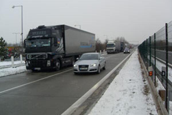 Kamióny stoja aj na diaľnici.