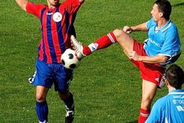 Stano Šarudi (v modrom) dal jediný gól Brezovej v D. Vesteniciach. Na foto v súboji s Marekom Bončom v zápase Brezová - Senica.