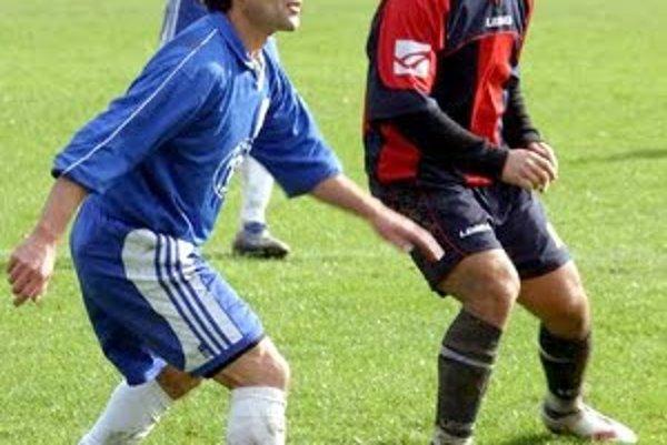 V zaujatí na hru domáci Dušan Miča (vľavo) a hráč Gbelov Dávid Gál.