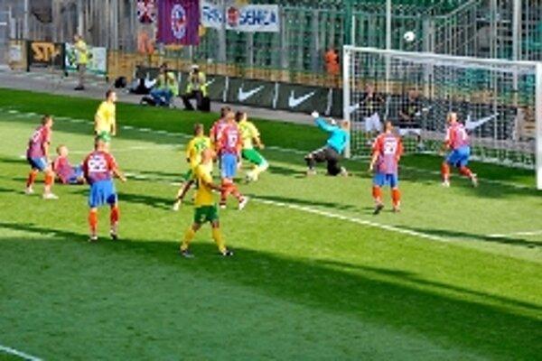 V prvom zápase v Žiline bol oporou brankár Andrej Fišan, ktorý zachránil mužstvo od vyššej prehry.