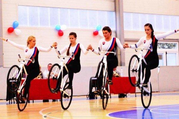 Kolárovčanky počas svojej náročnej finálovej jazdy, ktorá napokon znamenal 2.miesto a slovenský rekord.
