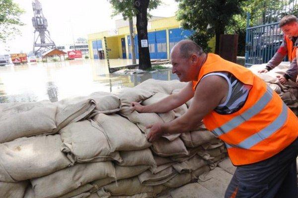 Takto pomáhali dobrovoľníci pri poslednej povodni.