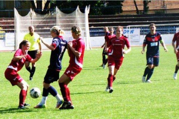 Futbalistky FC Union Nové Zámky si po remíze 2:2 v Trenčianskych Tepliciach výrazne priblížili zisk v poradí už tretieho majstrovského titulu v rade.