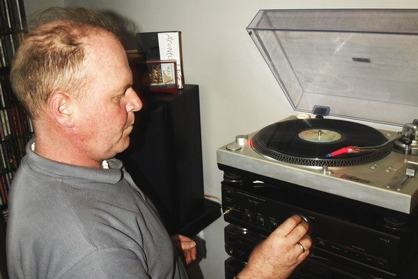 S. Paulicsek prehráva klasickú vinylovú elpéčku na zostave, ktoré sa v dnes už nevyrába.