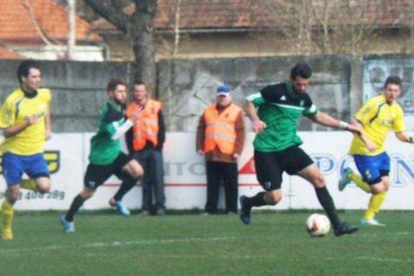 Pri lopte útočník novozámockého FKM Marek Košút, ktorý bol vnedeľňajšom derby vPalárikove kapitánom svojho celku, mohol vprvom polčase niekoľkokrát skórovať. Nestalo sa tak ajeho mužstvo napokon odišlo ztrávnika ako porazené.