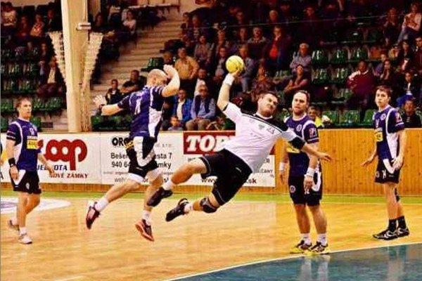 Pivot Ladislav Vadkerti prispel jedným gólom k víťazstvu HC Štart nad Martinom.
