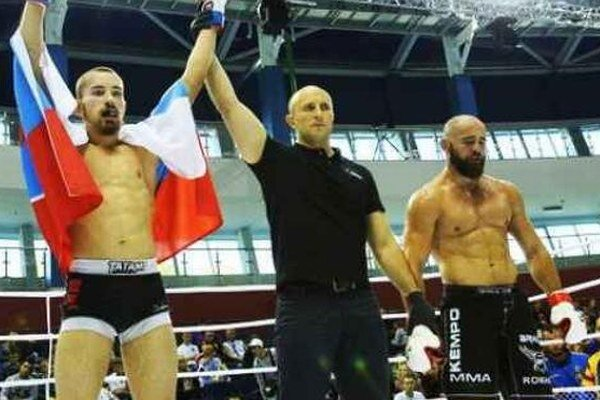 S ruakmi nad hlavou Novozámčan Ľudovít Klein po víťaznom zápase.