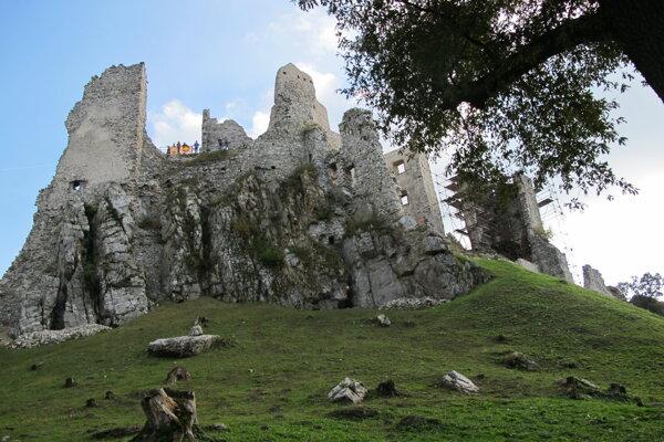 Žena pri zjazde kolobežkou z hradu Hrušov spadla a zranila si hlavu.