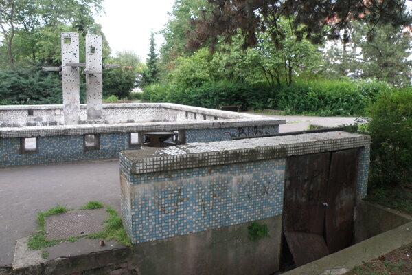 Fontána už dlhé roky park pred prievidzským úrad práce špatí.