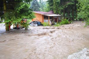 Silný prúd sa dostal až ku domom.