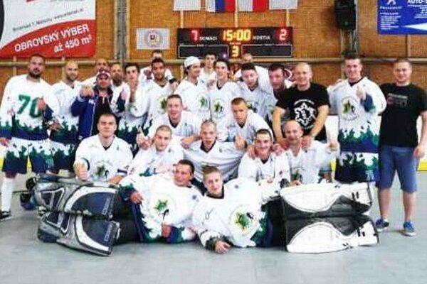 Víťazné mužstvo novozámockých hokejbalistov po poslednom zápase barážového turnaja.